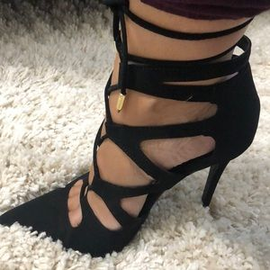 Sexy all black pointed toe heels.